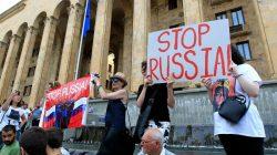 Gürcistan'da protestocular sistemi değiştirdiler
