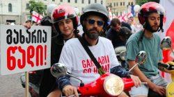 Gürcistan'da eylemciler meydanları terk etmiyor