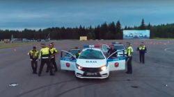 Rus askerlerin drift yaptığı araç takla attı